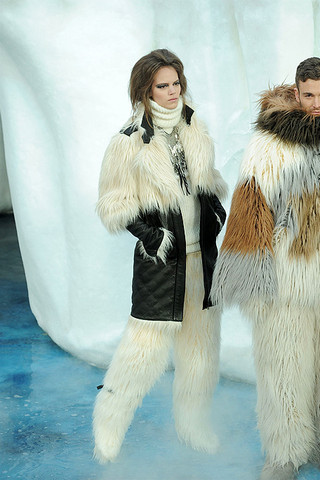 Chanel-FALL-RTW-2010-runway-004_runway